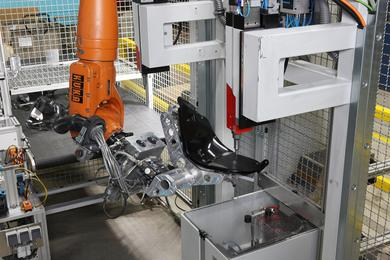 Perfect Automation: A KUKA Robot working with an injection molding machine. Photo: KUKA Robotics